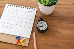 Kalender mit Uhr auf hölzernem Hintergrund Stockfotos