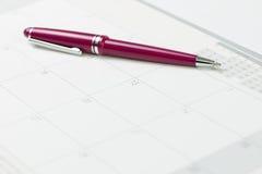 Kalender och penna Arkivbilder