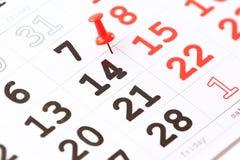 Kalender och röd häftstift på 14 Februari. Valentin dag Fotografering för Bildbyråer