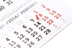 Kalender och röd häftstift på 14 Februari. Valentin dag Arkivbild