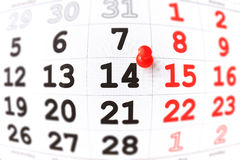 Kalender och röd häftstift på 14 Februari. Valentin dag Arkivbilder