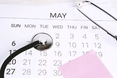 Kalender och stetoskop Arkivbilder