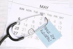 Kalender och stetoskop Royaltyfria Bilder