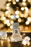 Kalender op de achtergrond van Nieuwjaar` s lichten en decoratie Stock Foto