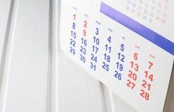 Kalender op een witte houten lijst Royalty-vrije Stock Foto's