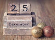 Kalender op 25 van December met Kerstmisdecoratie die wordt geplaatst Stock Foto