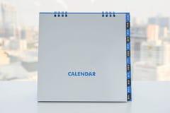 Kalender på den vita tabellen Royaltyfria Bilder