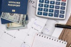 kalender, paspoort, ons dollar, calculator en pen Stock Afbeelding