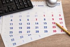 Kalender, penna, tangentbord och penna Royaltyfria Foton