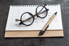 Kalender planning en het concept van het jaarplan met oogglazen en pen Royalty-vrije Stock Afbeeldingen