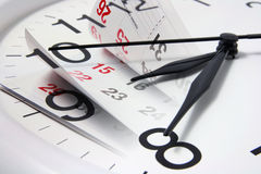 Kalender-Seiten und Borduhr Stockfotos