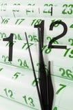 Kalender-Seiten und Borduhr Stockbilder