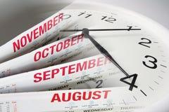 Kalender-Seiten und Borduhr Stockbild