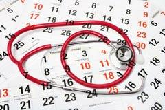 Kalender-Seiten und Stethoskop Lizenzfreie Stockbilder