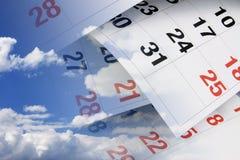 Kalender-Seiten und Wolken Stockbild