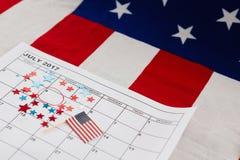 Kalender som markeras med den stjärnaformgarnering och amerikanska flaggan Royaltyfria Bilder