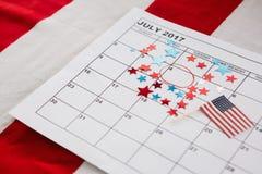Kalender som markeras med den stjärnaformgarnering och amerikanska flaggan Royaltyfria Foton