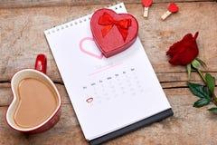 Kalender som visar datumet 14th Februari Röd ros, hjärtor och Arkivfoto