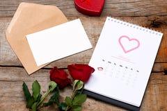 Kalender som visar datumet 14th Februari Röd ros, hjärtor och Arkivbilder