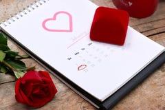 Kalender som visar datumet 14th Februari Röd ros, hjärtor och Royaltyfria Bilder