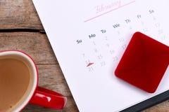 Kalender som visar datumet 14th Februari Röd ros, hjärtor och Arkivbild