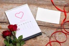 Kalender som visar datumet 14th Februari Röd ros, hjärtor och Arkivfoton