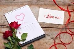 Kalender som visar datumet 14th Februari Röd ros, hjärtor och Royaltyfri Fotografi