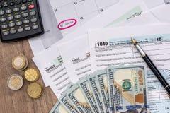 Kalender, 2017 Steuerformulare mit Stift und Dollar Lizenzfreie Stockfotografie