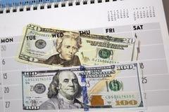Kalender- und Geldhintergrund stockfoto