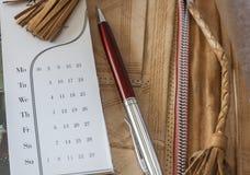 Kalender und Pen On Leather Folder Lizenzfreie Stockbilder