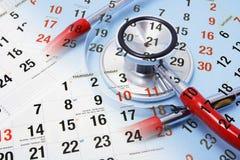 Kalender und Stethoskop Stockfotos