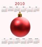 Kalender von Jahr 2010 mit einer Weihnachtskugel Lizenzfreie Stockfotos
