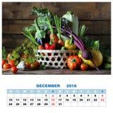 Kalender voor December 2018 met stilleven Verse groenten binnen Stock Afbeelding