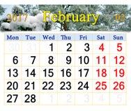Kalender voor Februari 2017 met tak door sneeuw wordt behandeld die Stock Foto's