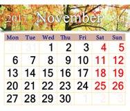Kalender voor November 2017 met gele bladeren in park Stock Foto's