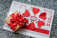 Kalender zum Valentinsgrußtag mit roten Papierherzen lizenzfreie stockfotografie