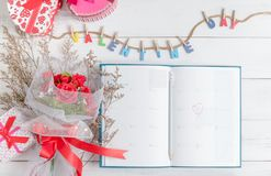Kalenderboek op 14 Februari met giftvakje Royalty-vrije Stock Fotografie
