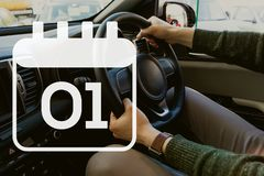 Kalenderikone gegen Mann im Auto Stockbild