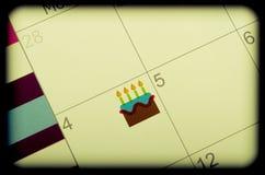 Kalenderkennzeichen mit Geburtstags-Kuchen Lizenzfreies Stockbild
