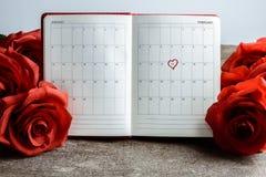 Kalendermemorandum, notitieboekje met boeket van rode rozen Stock Foto