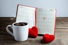 Kalendermemorandum, notitieboekje met het rode Harthoofdkussen, koffiekop Stock Foto
