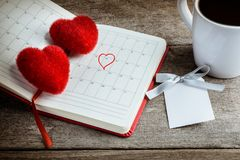 Kalendermemorandum, notitieboekje met het rode Harthoofdkussen, koffiekop Stock Fotografie
