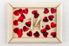 Kalendern för 14 februari på träbakgrund med den tomma kopieringsutrymmeinskriften eller annan anmärker show av Röd hjärta Arkivbilder