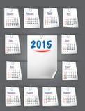 Kalendern för 2015 på klibbiga anmärkningar fäste med gemet Arkivbilder
