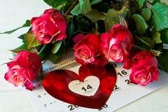 Kalenderpagina met de rode harten en het boeket van rode rozen op Valentijnskaartendag Royalty-vrije Stock Foto's