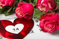 Kalenderpagina met de rode harten en het boeket van rode rozen op Valentijnskaartendag Stock Afbeeldingen