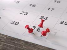 Kalenderpagina met tekening-spelden, stock foto's