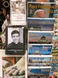 Kalenders in giftwinkel Vatikaan Stock Foto's