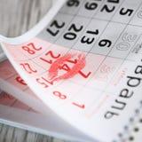 Kalenderseite mit dem roten Kuss am 14. Februar Stockfotografie