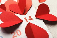 Kalenderseite mit den roten Herzen am 14 Lizenzfreies Stockbild